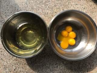 草莓酸奶红丝绒蛋糕,蛋白蛋黄分离。蛋白打到一个无水无油的干净容器里待用。