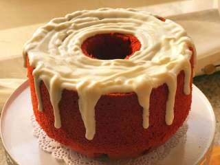 草莓酸奶红丝绒蛋糕,把酸奶倒在裱花袋里,随意的挤在蛋糕上。