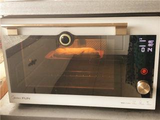 巧克力核桃面包,180度烤15分钟。