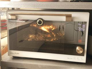 巧克力核桃面包,把烤箱温度降到150度,接着再烤30分钟。中间记得加盖锡纸。