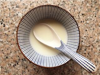 巧克力核桃面包,发面团的空间,我们来做馅料,准备好牛奶。