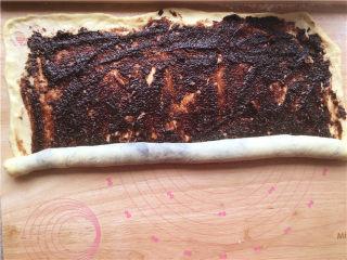 巧克力核桃面包,用刮刀均匀的抹上馅料。从下端向上卷起。