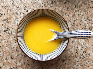 巧克力核桃面包,黄油混合牛奶,隔水融化,或者用微波炉加热到融化。