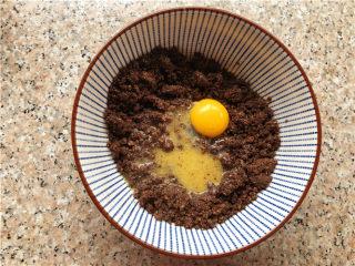 巧克力核桃面包,把黄油牛奶的混合物倒在核桃里,并加一个蛋黄。