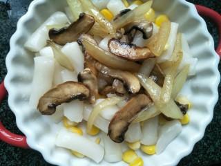 芝士焗年糕,将年糕,玉米,圆菇,洋葱放入盘中。