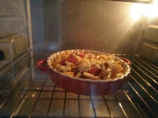 芝士焗年糕,放入预热好的170度烤箱烤五分钟,烤到芝士软化。
