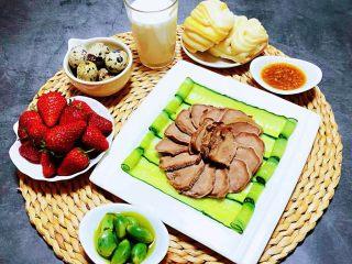 卤猪舌,搭配小馒头、牛奶、鹌鹑蛋、草莓酱料好丰盛的早餐哦
