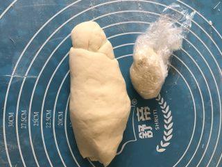 仿真香菇包,发酵成原来的1.5倍后取出排气,揪一个小面团用保鲜膜包好放入一边备用。