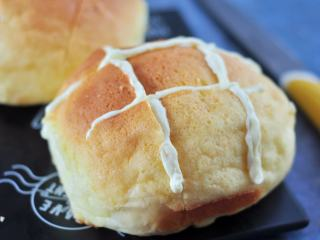 网红奶昔面包,在面包上切出井字格,把夹馅挤进去,表面点缀上提前用酒泡软的<a style='color:red;display:inline-block;' href='/shicai/ 109174/'>蔓越莓干</a>。