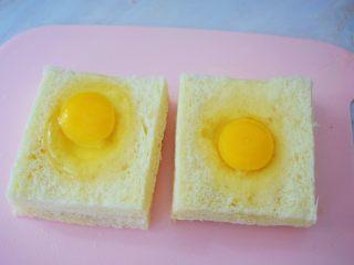 鸡蛋芝士爆浆吐司,打入鸡蛋