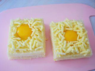 鸡蛋芝士爆浆吐司,撒上芝士碎