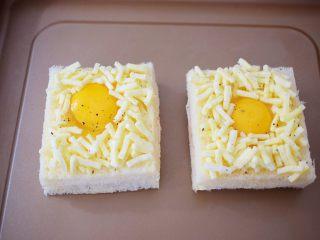 鸡蛋芝士爆浆吐司,放入不沾烤盘,如果不是不粘烤盘,记得铺上油纸