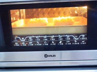 鸡蛋芝士爆浆吐司,放入预热好的东菱烤箱,上下火180度,中层烤20分钟