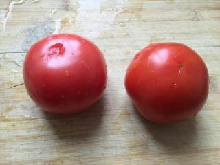 培根芝士茄汁意面🍝,番茄洗干净。