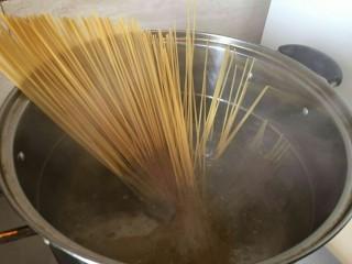 培根芝士茄汁意面🍝,把一面下入锅中煮8-10分钟
