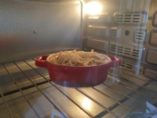 奶香南瓜鸡肉焗饭,放入烤箱,约10分钟。
