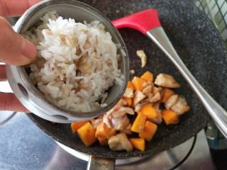 奶香南瓜鸡肉焗饭,加入隔夜饭炒制,最后加入盐调味盛出。