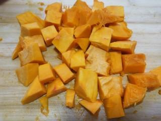 奶香南瓜鸡肉焗饭,南瓜切块。