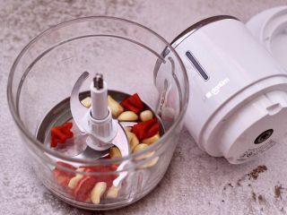 豆渣茼蒿虾仁小豆沫,紫皮蒜去皮,红椒洗净后切块,把红椒和蒜放入东菱无线绞肉机里。