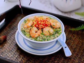 豆渣茼蒿虾仁小豆沫,把做好的豆渣虾仁盛到碗里,把做好的红椒和蒜蓉浇到上面即可。