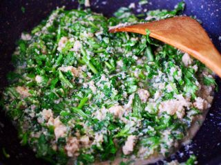 豆渣茼蒿虾仁小豆沫,小火慢慢炖至茼蒿变色的时候。
