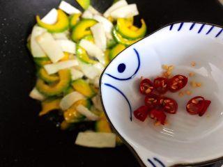 蚝油南瓜杏鲍菇,加入小米椒