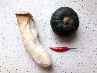 蚝油南瓜杏鲍菇,首先我们准备好所有食材