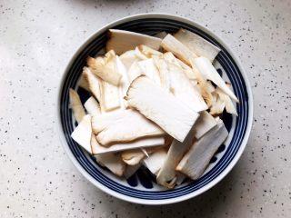 蚝油南瓜杏鲍菇,杏鲍菇洗净之后切成薄片