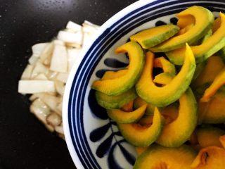 蚝油南瓜杏鲍菇,加入小南瓜