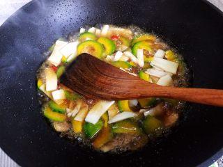 蚝油南瓜杏鲍菇,翻炒均匀