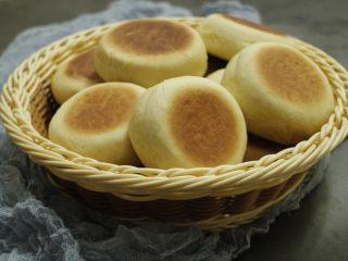 乳山喜饼,放入烤箱中层,下火150度十分钟左右,翻面后继续烤七八分钟,上色均匀烤透出炉