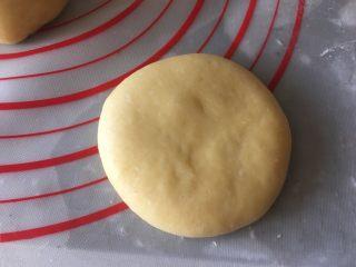 乳山喜饼,擀成厚约1厘米的圆饼