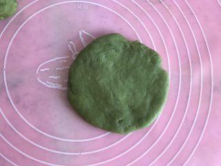 抹茶草莓大福,擀成圆片