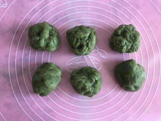 抹茶草莓大福,蒸好的糯米团分成六份