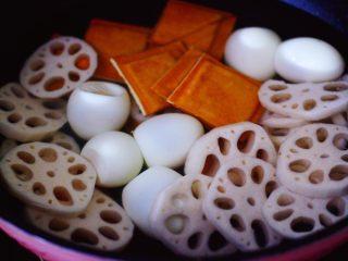 潮汕卤味,锅里倒入适量的清水,把香干和藕片,剥皮的鸡蛋放入。