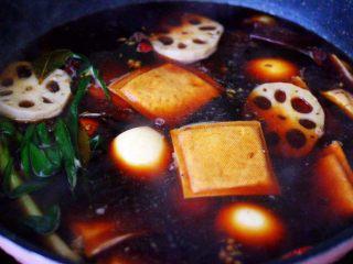 潮汕卤味,看见鸡蛋和藕片变色的时候关火,煮好的卤味在锅里的卤汤里浸泡2个小时,这样做出来的卤味更入味。
