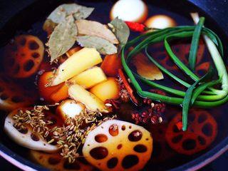 潮汕卤味,这个时候把所有的调料混合放入锅中。