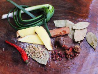 潮汕卤味,准备好所有的调料,葱去皮洗净,姜切成薄片。