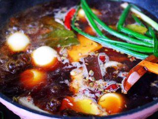 潮汕卤味,大火煮沸所有的食材,盖上锅盖小火慢慢炖煮10分钟。