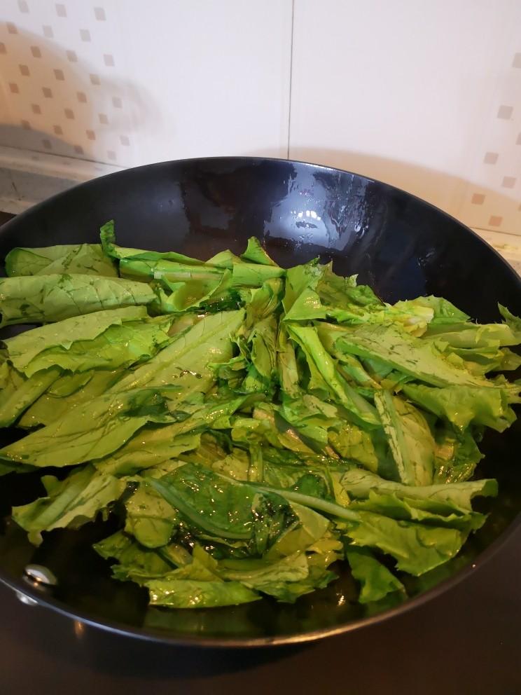 蒜蓉油麦菜,放油麦菜煸炒