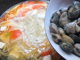 豆腐杂烩汤,再倒入洗干净的花蛤,煮至花蛤开口。