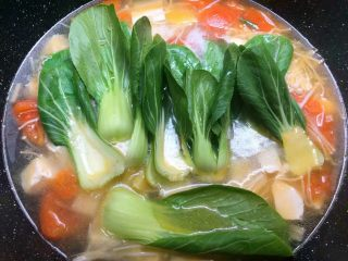 豆腐杂烩汤,放入上海青煮至断生。