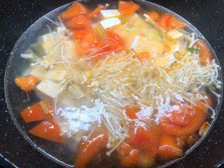 豆腐杂烩汤,再放入金针菇和豆腐一起煮5分钟。(豆腐煮久一点更好吃)