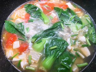 豆腐杂烩汤,再放入少许鸡精调匀,然后再放入葱叶即可出锅。