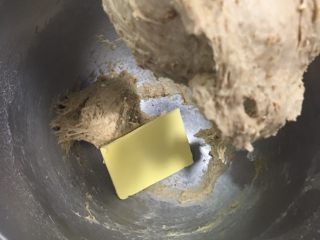 奶酪全麦法棍,加入黄油。