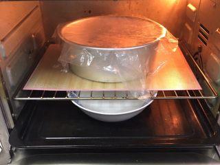 奶酪全麦法棍,烤箱发酵档,底部放一碗热水,发酵60分钟。