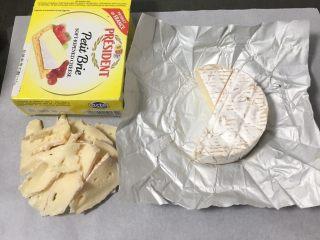 奶酪全麦法棍,奶酪切薄片。