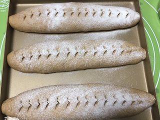 奶酪全麦法棍,面包表面撒少许高筋粉,用剪刀剪口子出造型。