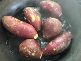 红糖薯饼,红薯清洗干净后,蒸熟后去皮捣成红薯泥。