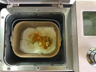 红糖薯饼,准备好材料后,把200克红薯泥和<a style='color:red;display:inline-block;' href='/shicai/ 520/'>糯米粉</a>放入面包机中和成软硬合适的粉团。一定要趁热把红薯泥和糯米粉一起和成团,冷的和出来的粉团就不糯,而且做的时候也容易做。